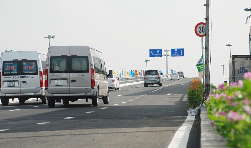Kết quả hình ảnh cho biển báo 'rùa bò' vào giữa cầu vượt Tân Sơn Nhất