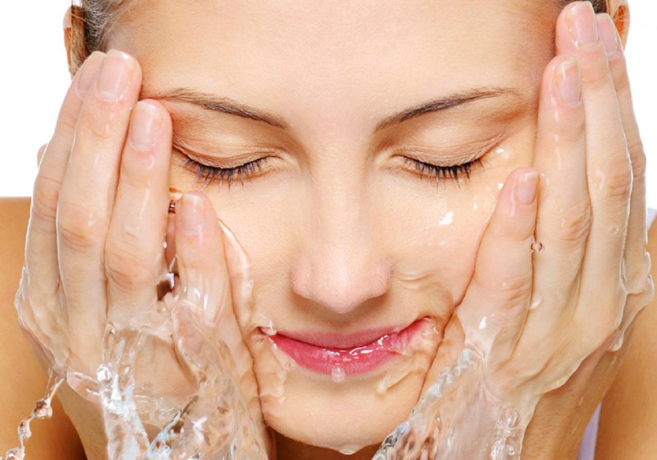 Rửa mặt bằng nước nóng có tác dụng gì?