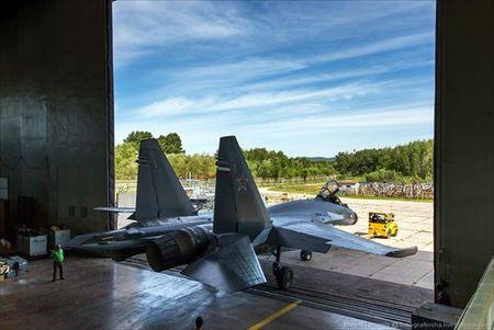 """Tham quan noi """"de"""" tiem kich Su-35 Nga voi nhieu cai moi - Anh 10"""