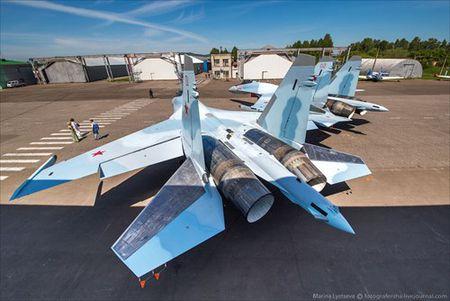 """Tham quan noi """"de"""" tiem kich Su-35 Nga voi nhieu cai moi - Anh 19"""