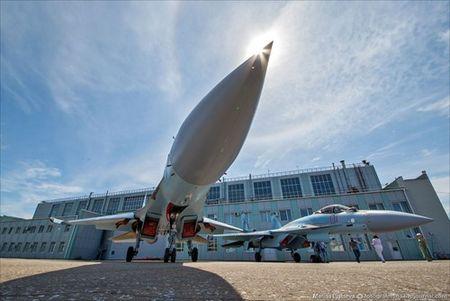 """Tham quan noi """"de"""" tiem kich Su-35 Nga voi nhieu cai moi - Anh 20"""