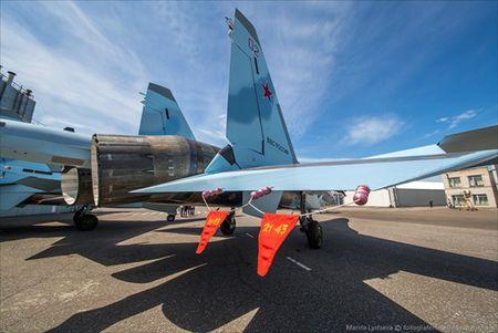 """Tham quan noi """"de"""" tiem kich Su-35 Nga voi nhieu cai moi - Anh 21"""