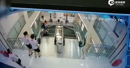Video: Nguoi phu nu tu vong vi bi thang cuon 'nuot chung' - Anh 1