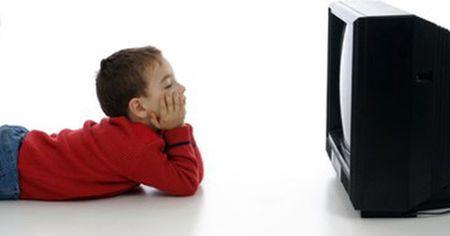 Tu van nhan khoa: Chay nuoc mat, dui mat khi xem ti vi - Anh 1