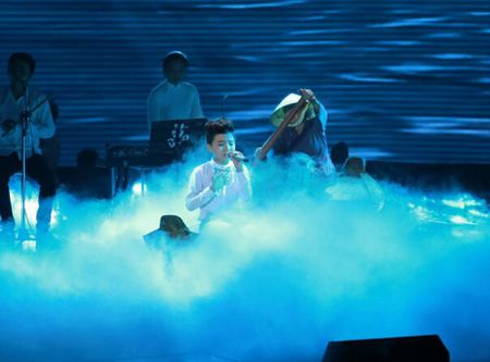 "Chung ket The Voice Kids 2015: Xuc dong cung ""Tinh me"" cua cau be ngheo - Anh 1"