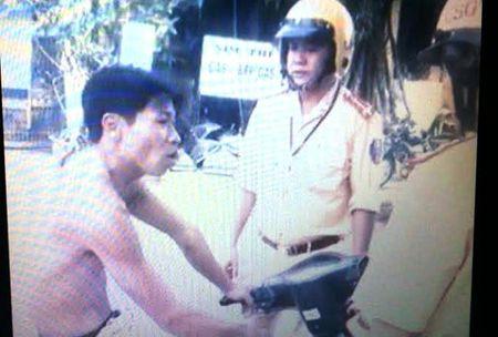 """Coi tran, khong doi mu bao hiem chay xe may con """"len lop"""" CSGT - Anh 1"""