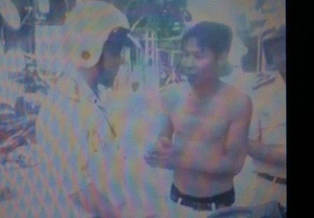 """Coi tran, khong doi mu bao hiem chay xe may con """"len lop"""" CSGT - Anh 3"""