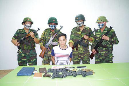Bat nguoi Trung Quoc van chuyen luong lon sung dan vuot bien - Anh 1