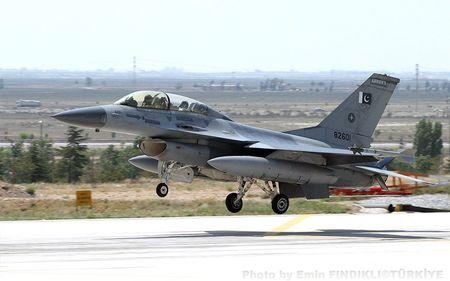 My quyet dinh ban may bay chien dau F-16 cho Pakistan - Anh 1