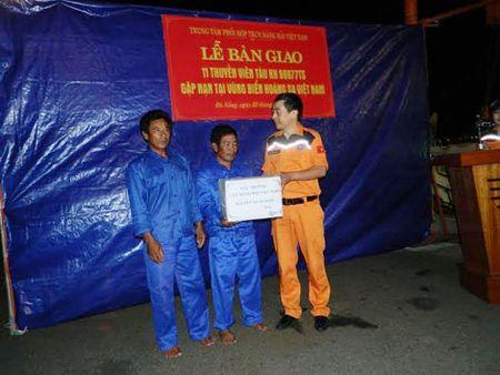 Tau Viet Nam bi can tro cuu ngu dan gap nan o vung bien Hoang Sa - Anh 2