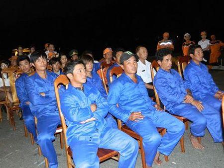 Tau Viet Nam bi can tro cuu ngu dan gap nan o vung bien Hoang Sa - Anh 4