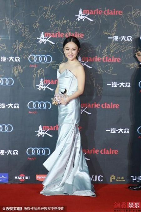 Dan my nhan Hoa ngu khoe sac long lay tren tham do - Anh 2