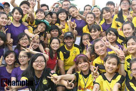 Fan nu Viet xinh tuoi ben huyen thoai cua Dortmund - Anh 1