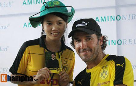 Fan nu Viet xinh tuoi ben huyen thoai cua Dortmund - Anh 9