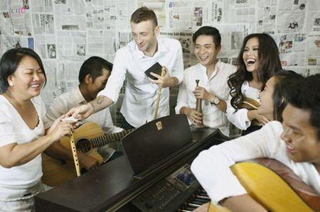 """""""Bo mac"""" can benh ung thu vu, me con Phuong Vy Idol thoa suc choi dua cung gia dinh - Anh 1"""