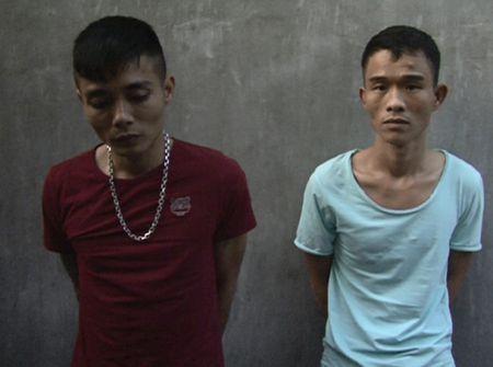 Bat giu 2 doi tuong van chuyen, mua ban ma tuy o Dong Hoi - Anh 1