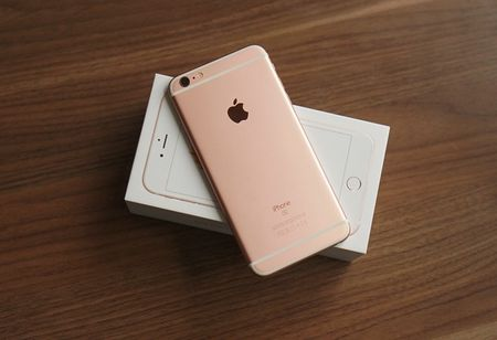 Gia iPhone 6S on dinh sau mot thang ve nuoc - Anh 1