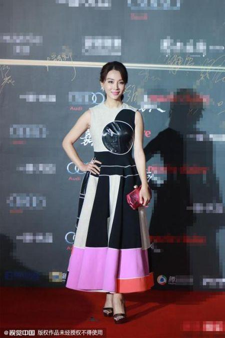 My nhan Hoa ngu dua sac tren tham do - Anh 7