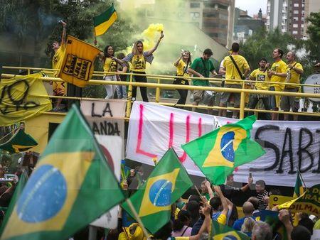 Brazil bat nghi sy dang cam quyen lien quan toi vu be boi Petrobras - Anh 1