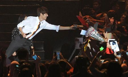 Lee Min Ho ban het 3.000 ve xem talk-show chi trong mot phut - Anh 2