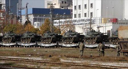 Nong: Tho Nhi Ky trien khai 20 xe tang toi bien gioi Syria - Anh 1