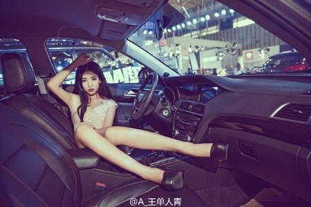 Nu sinh chan dai kiem nguoi mau xe nong bong - Anh 2