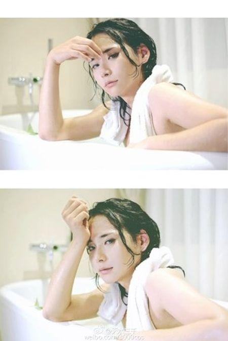"""""""Hot girl trong bon tam"""" khoe nguc dan ong gay soc - Anh 1"""