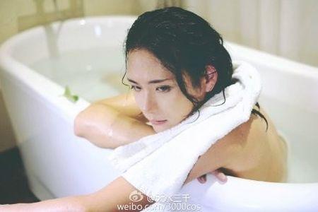 """""""Hot girl trong bon tam"""" khoe nguc dan ong gay soc - Anh 2"""