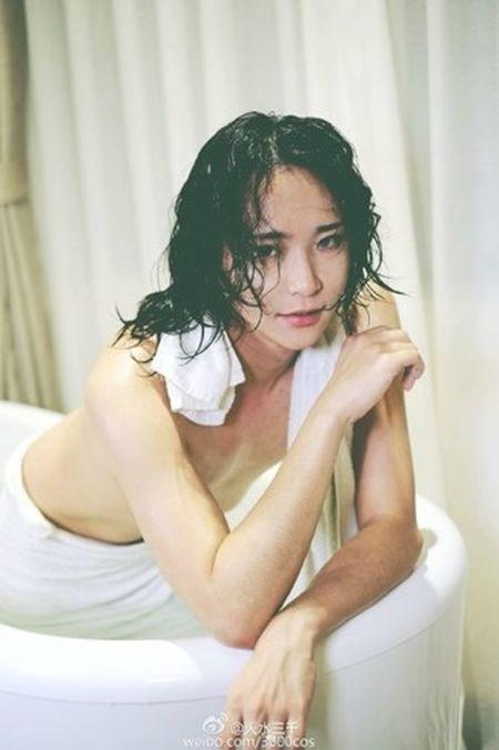 """""""Hot girl trong bon tam"""" khoe nguc dan ong gay soc - Anh 5"""