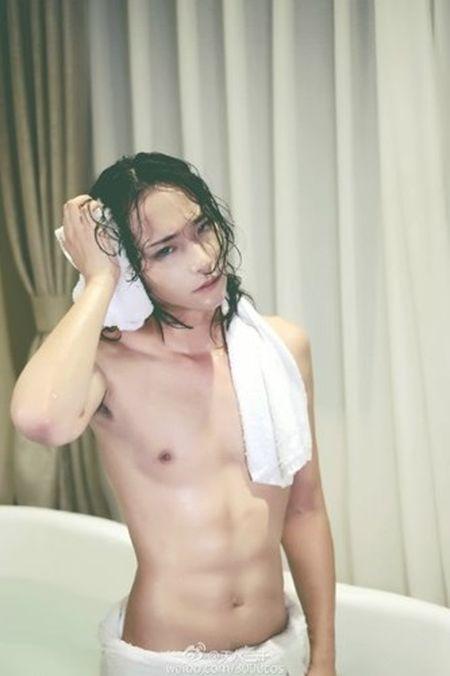 """""""Hot girl trong bon tam"""" khoe nguc dan ong gay soc - Anh 6"""