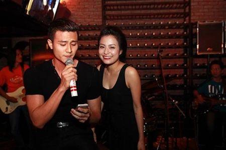 Lo anh Vinh Thuy hon ma Hoang Thuy Linh trong quan ca phe - Anh 3