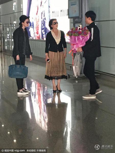 San bay nao loan vi Luu Diec Phi bi fan cuong chan duong cau hon - Anh 1