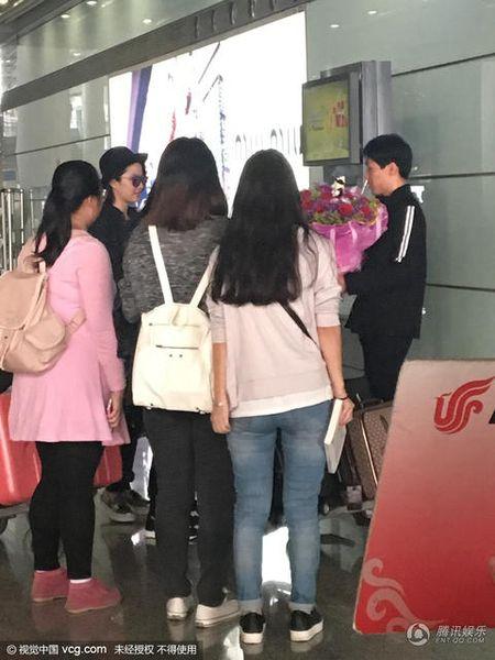 San bay nao loan vi Luu Diec Phi bi fan cuong chan duong cau hon - Anh 2