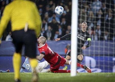 Ibrahimovic dua PSG vao vong hai, Ronaldo dau tim voi Real - Anh 2