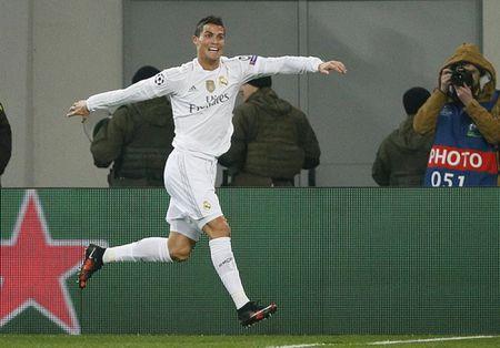 Ibrahimovic dua PSG vao vong hai, Ronaldo dau tim voi Real - Anh 4
