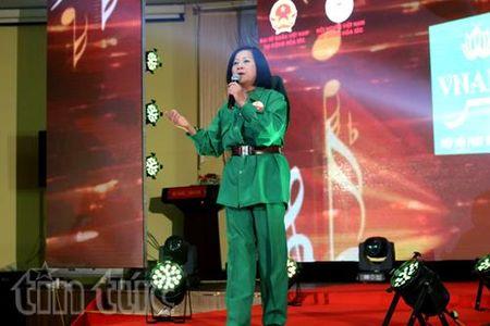 Doanh nhan Viet o chau Au: Hat cho voi noi nho que huong - Anh 3