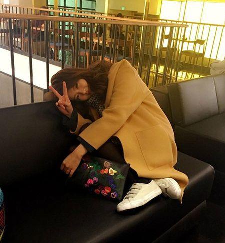 Sao Han 26/11: Suzy tinh tu voi my nam, Seol Hyun khoe eo goi cam - Anh 3