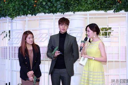 Lee Min Ho tuoi roi xuat hien giua 'rung fan' bao vay - Anh 10