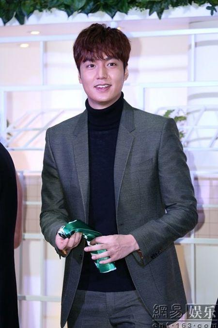Lee Min Ho tuoi roi xuat hien giua 'rung fan' bao vay - Anh 12