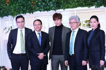 Lee Min Ho tuoi roi xuat hien giua 'rung fan' bao vay - Anh 13