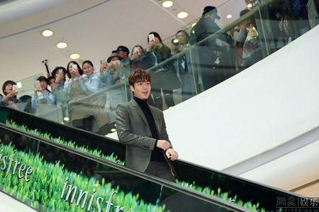 Lee Min Ho tuoi roi xuat hien giua 'rung fan' bao vay - Anh 3