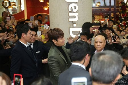 Lee Min Ho tuoi roi xuat hien giua 'rung fan' bao vay - Anh 5