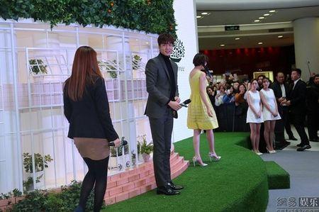 Lee Min Ho tuoi roi xuat hien giua 'rung fan' bao vay - Anh 6