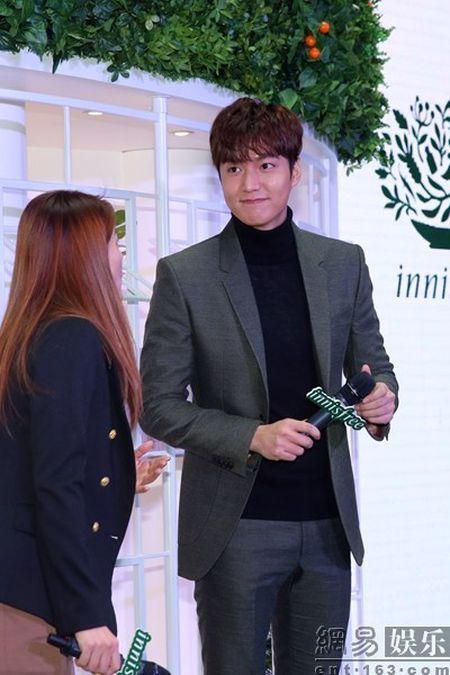 Lee Min Ho tuoi roi xuat hien giua 'rung fan' bao vay - Anh 8