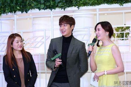 Lee Min Ho tuoi roi xuat hien giua 'rung fan' bao vay - Anh 9