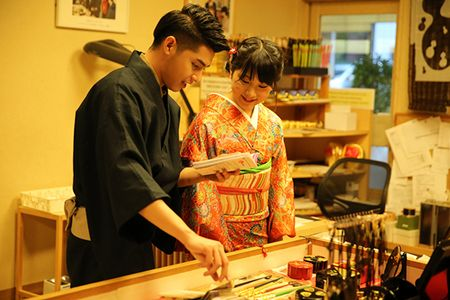 Noo Phuoc Thinh duoc co gai Nhat mac giup kimono - Anh 11