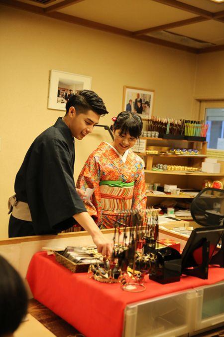 Noo Phuoc Thinh duoc co gai Nhat mac giup kimono - Anh 12