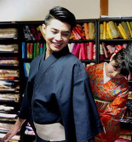 Noo Phuoc Thinh duoc co gai Nhat mac giup kimono - Anh 2