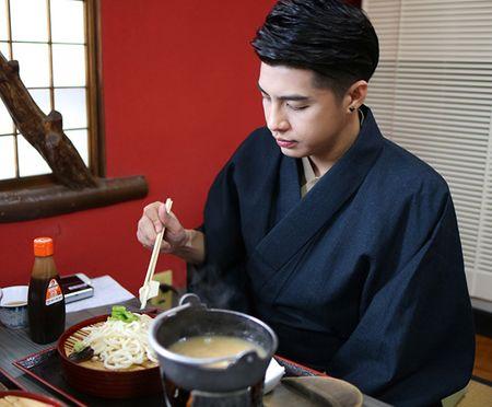 Noo Phuoc Thinh duoc co gai Nhat mac giup kimono - Anh 5