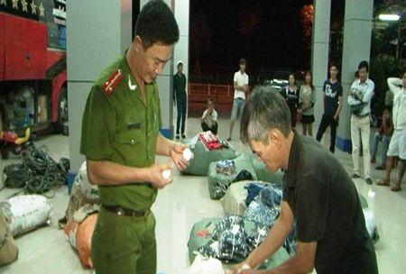 Thua Thien Hue: Bat giu xe khach cho hang lau - Anh 1